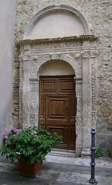 Il portale laterale della chiesa di San Nicola,la più antica delle Chiese erette su un Tempio Pagano